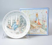 Wedgwood Peter Rabbit Original Bord 20 cm Peter squeezed under the gate